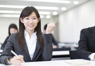 受講中にガッツポーズをするビジネス女性の写真素材 [FYI02966706]
