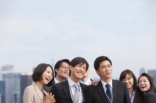 ビル群を背景に上を見るビジネス男女の写真素材 [FYI02966711]