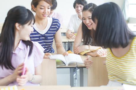 教室で教科書を見る学生たちの写真素材 [FYI02966719]