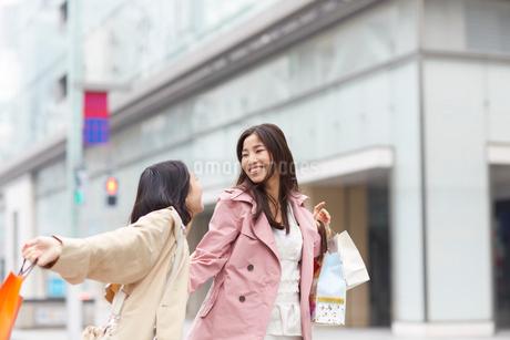 買い物中に笑い合う女性二人の写真素材 [FYI02966727]