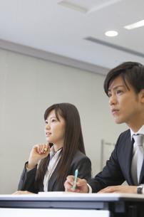 メモをとりながら講義を聴くビジネス男女の写真素材 [FYI02966729]