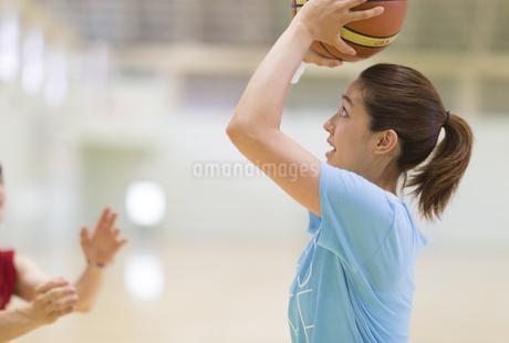 バスケットでシュートをする若い女性の写真素材 [FYI02966730]