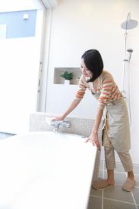 お風呂を洗う主婦の写真素材 [FYI02966733]