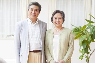 並んで微笑むシニア夫婦の写真素材 [FYI02966735]