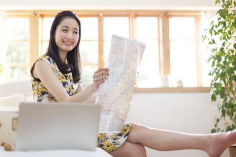 旅行の準備をする微笑む女性の写真素材 [FYI02966738]