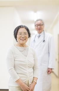 笑顔のシニア女性と男性医師の写真素材 [FYI02966742]