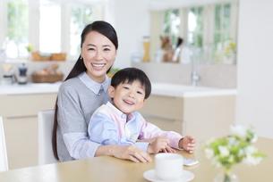 ダイニングテーブルで笑顔の母と男の子の写真素材 [FYI02966743]