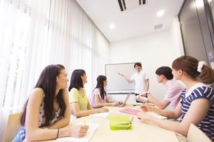 サークルのミーティングをする学生たちの写真素材 [FYI02966750]