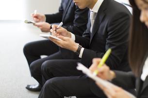 メモをとるビジネス男女の写真素材 [FYI02966751]