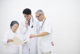 打合せをする医師たちの写真素材 [FYI02966754]