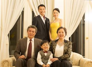 ドレスアップして微笑む三世代家族の写真素材 [FYI02966756]