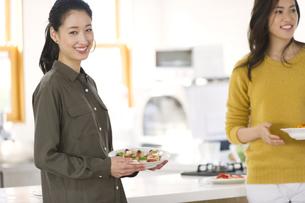 料理を運ぶ2人の女性の写真素材 [FYI02966757]