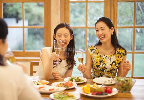 シャンパングラスを手に楽しむ女性達の写真素材 [FYI02966758]