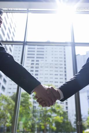 握手するビジネスマンの手の写真素材 [FYI02966760]