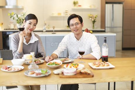 ワインと食事を楽しむ男女スナップの写真素材 [FYI02966761]