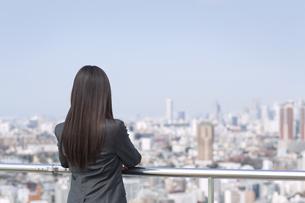 ビル群を眺めるビジネス女性の後ろ姿の写真素材 [FYI02966776]