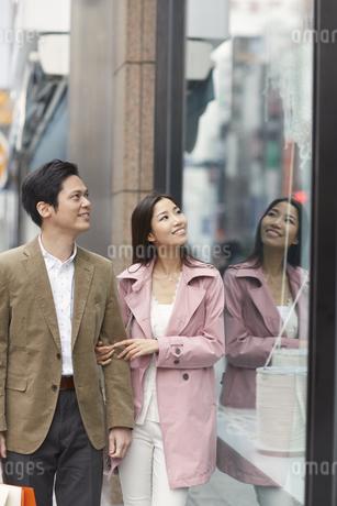 ウインドウショッピングをするカップルの写真素材 [FYI02966778]