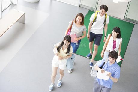 ロビーを歩く学生たちの写真素材 [FYI02966779]