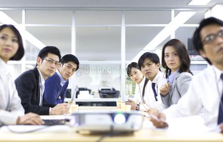 プロジェクターの投影を見るビジネス男女の写真素材 [FYI02966781]