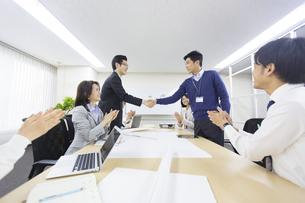会議で握手するビジネス男性2人の写真素材 [FYI02966787]