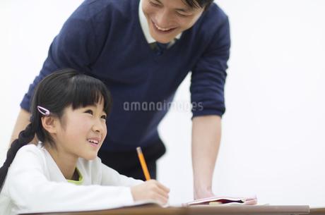 男性教師から教わる女の子の写真素材 [FYI02966790]