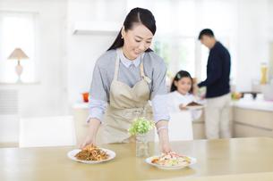 ダイニングで食事の準備をする親子の写真素材 [FYI02966792]