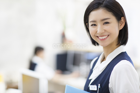 笑顔の制服姿の女性の写真素材 [FYI02966806]