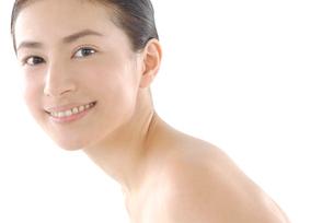 20代日本人女性のフェイスアップビューティーイメージの写真素材 [FYI02966807]