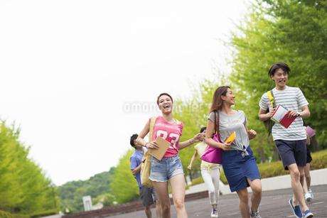 キャンパスを走る学生たちの写真素材 [FYI02966808]