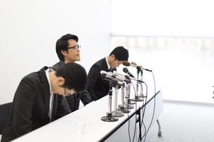 謝罪会見をするビジネス男性3人の写真素材 [FYI02966811]