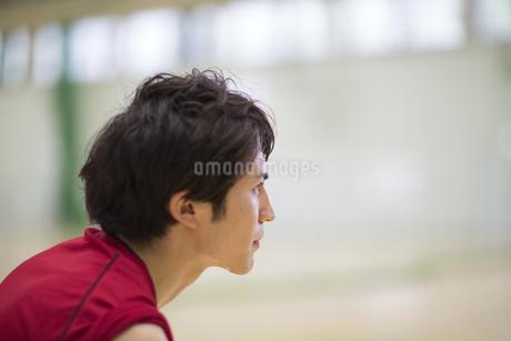 額に汗をかいて前をみる男子学生の写真素材 [FYI02966812]