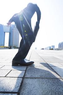 駆けだすポーズをとるビジネス男性の後ろ姿の写真素材 [FYI02966821]