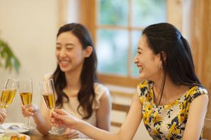 シャンパンで乾杯をする女性達の写真素材 [FYI02966822]