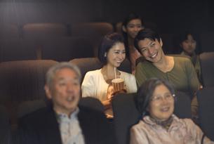 映画を観るカップルの写真素材 [FYI02966823]