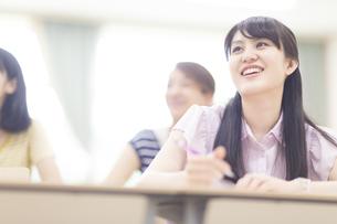 授業を受ける女子学生の写真素材 [FYI02966825]