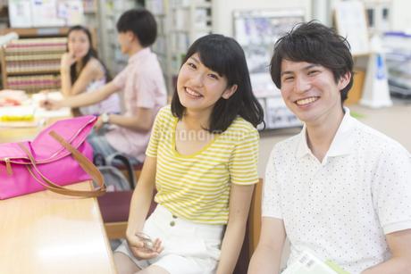 図書室で笑顔の学生男女のポートレートの写真素材 [FYI02966828]