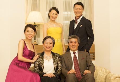 ドレスアップして笑顔の家族の写真素材 [FYI02966833]