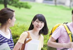 キャンパスで笑う学生の写真素材 [FYI02966842]