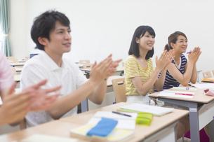 教室で拍手をする学生の写真素材 [FYI02966843]
