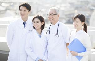 屋上で微笑む医師たちの写真素材 [FYI02966845]