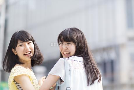 笑顔で振り返る2人の若い女性の写真素材 [FYI02966850]