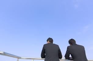 景色をながめるビジネス男性2人の後ろ姿の写真素材 [FYI02966851]