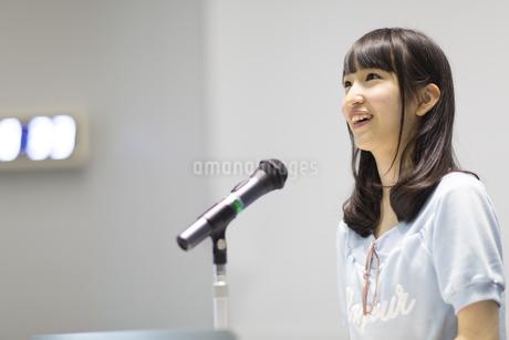 演台で話す女子学生の写真素材 [FYI02966860]