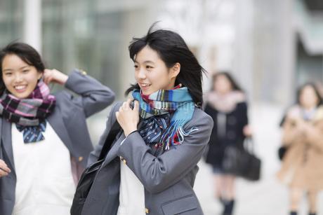 校内を歩く女子高校生たちの写真素材 [FYI02966865]