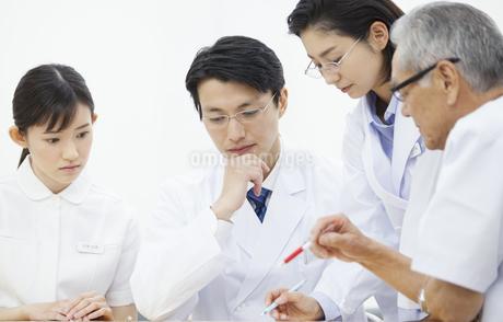 打合せをする医師たちの写真素材 [FYI02966870]