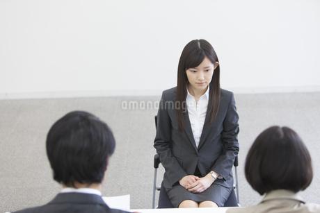 面接を受ける女性の写真素材 [FYI02966872]