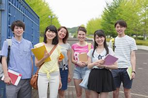 キャンパスの門で笑顔で並ぶ学生たちの写真素材 [FYI02966873]