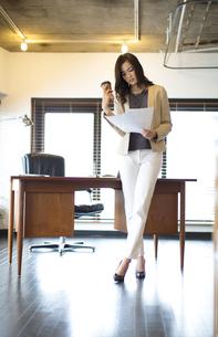 オフィスで資料を見るビジネス女性の写真素材 [FYI02966875]