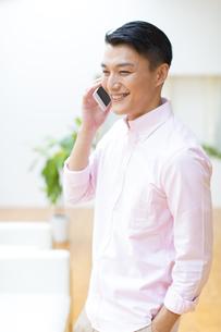 スマートフォンで会話をする男性の写真素材 [FYI02966882]
