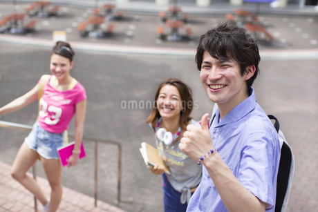 キャンパスで笑う学生たちの写真素材 [FYI02966888]
